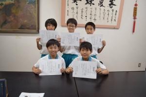 認定証を掲げる児童たち